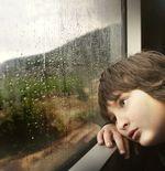 Manfaat Tersembunyi Biarkan Anak Bermain Hujan-hujanan