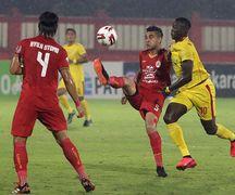 Ezechiel Ndouasel (Bhayangkara FC) berebut bola dengan Otavio Dutra (Persija).