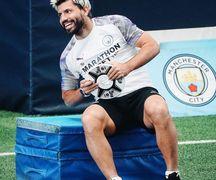 Penyerang Manchester City, Sergio Aguero, mengecat rambut berwarna putih dan memiliki brewok.