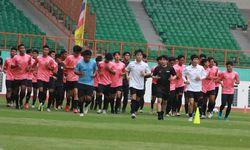 Para pemain seleksi timnas Indonesia U-19 bersama tim pelatih berlari keliling lapangan di Stadion W