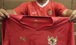 Jersey suporter Indonesia pada acara launching Warrix Indonesia di Hotel Santika Premie