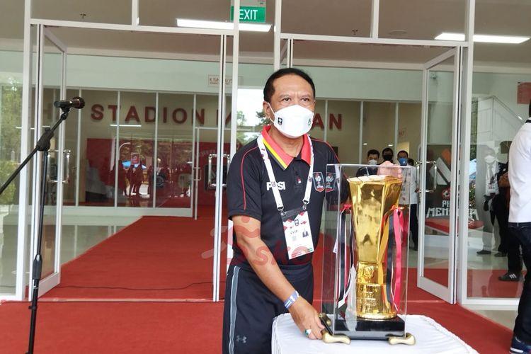 Menpora RI, Zainudin Amali, berpose dengan trofi Piala Menpora 2021 di Stadion Manahan, Solo, Minggu (21/3/2021).