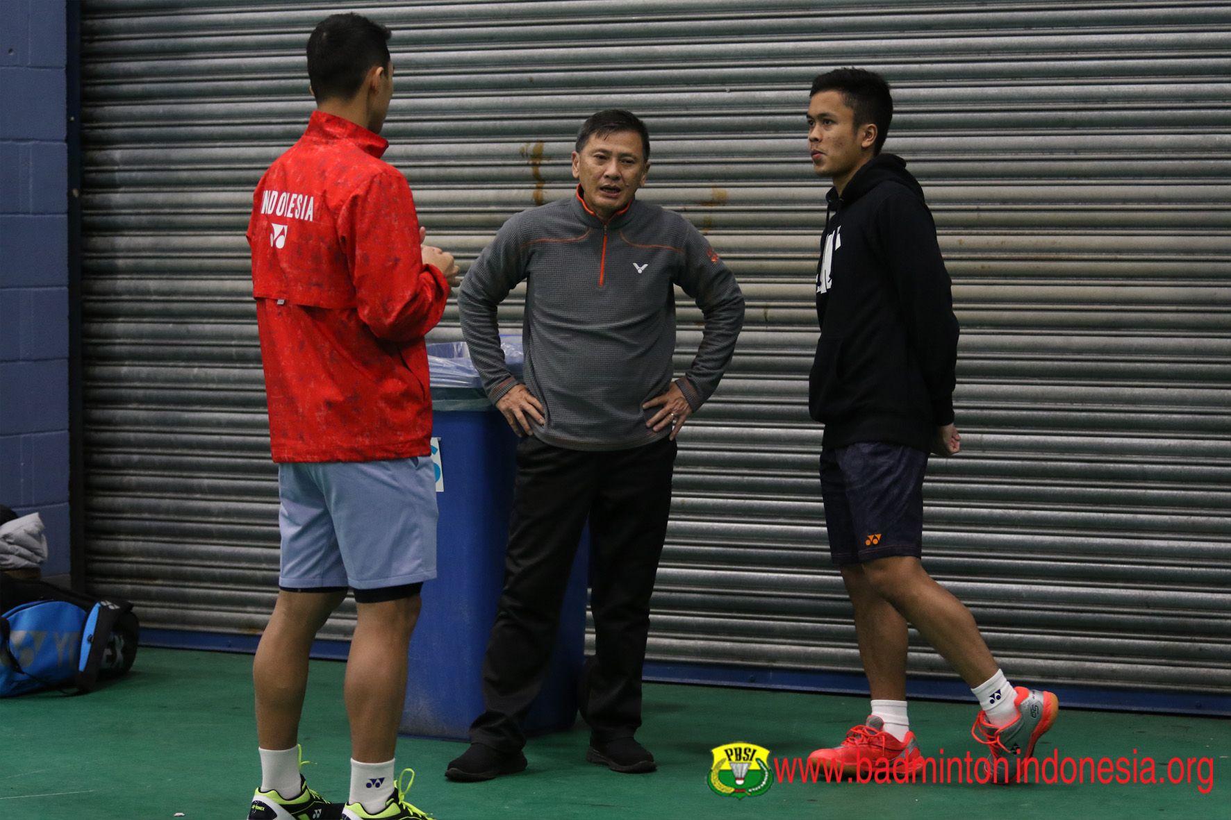 Salah satu momen Hendry Saputra tengah memberikan intruksi kepada pemain tunggal putra Indonesia
