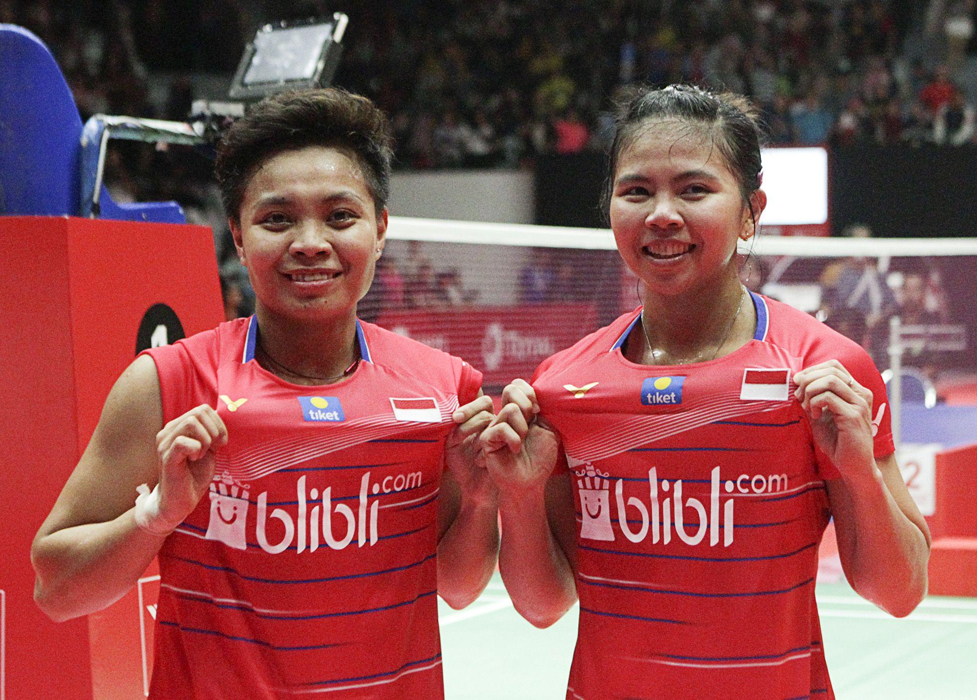Greysia Polii (kanan) dan Apriyani Rahayu berpose di hadapan kamera usai memenangi final Indonesia Masters 2020 di Istora Senayan, Jakarta, 19 Januari 2020.