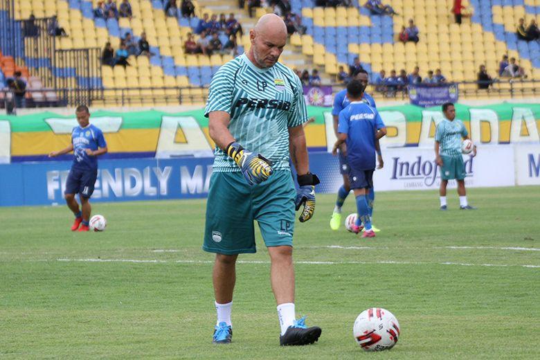 Pelatih kiper Persib Bandung, Luizinho Passos, saat melatih tim di Stadion Si Jalah Harupat, Soreang, Kabupaten Bandung pada Februari 2020.