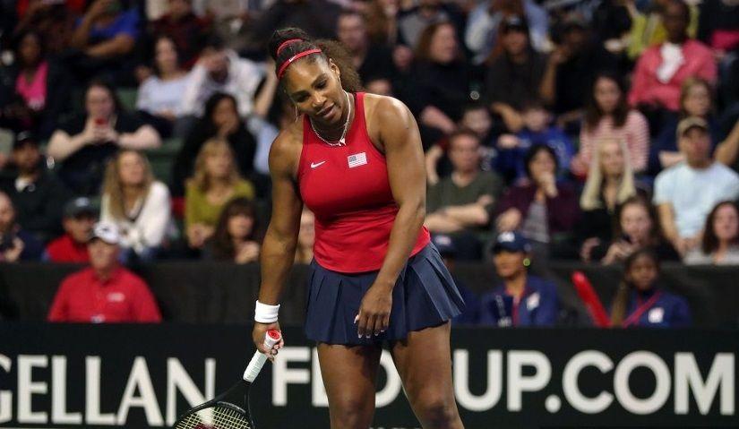 Petenis putri AS Serena Williams tampak kecewa saat berlaga dalam pertandingan kualifikasi Fed Cup melawan Latvia di Angel of The Winds Arena, Washington, AS, 7 Februari 2020.
