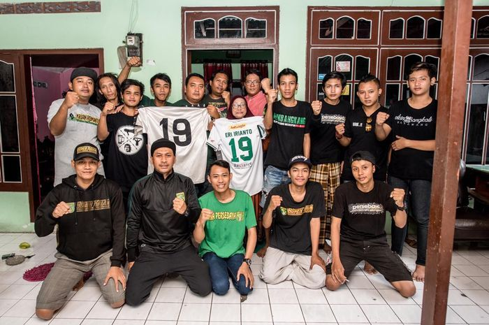 Keluarga Eri Irianto berfoto bersama Bonek dengan menunjukkan jersi Persebaya pada April 2020.