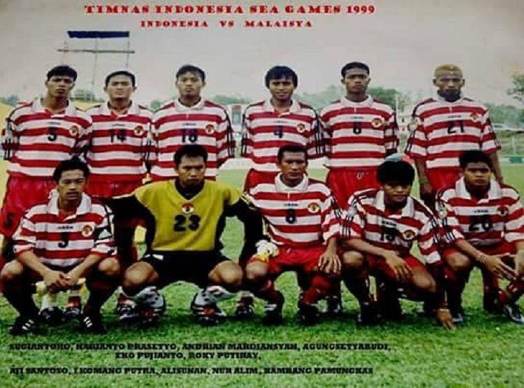Skuad timnas Indonesia di SEA Games 1999, I Komang Putra (kiper) dan Agung Setyabudi (4).
