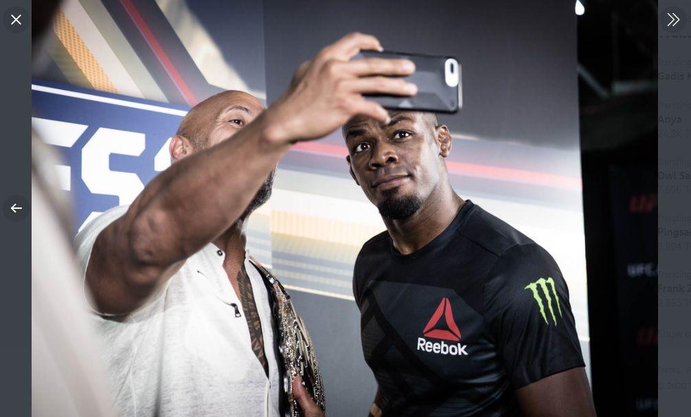 Juara dunia kelas berat ringan UFC Jon Jones (kanan) berswafoto dengan mantan pegulat yang kini dikenal sebagai aktor top Hollywood, Dwayne Johnson alias The Rock beberapa waktu lalu.