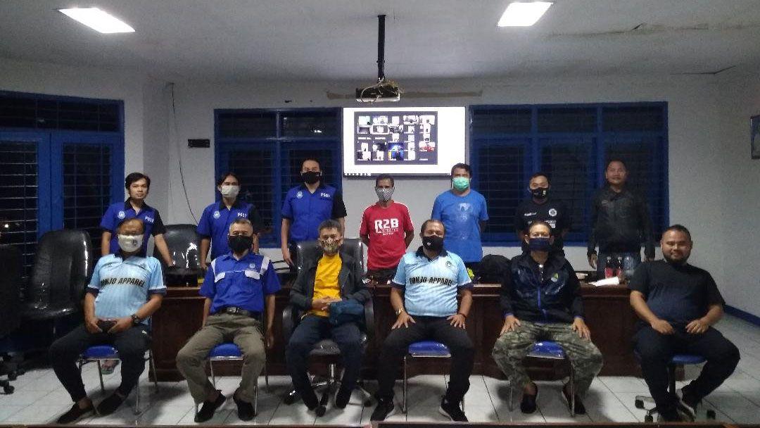 MESKI harus menjaga jarak dan bermasker, tidak menghalangi semangat para pelatih dan jajaran pengurus Askot Kota Bandung dalam menyimak Coaching Clinic secara virtual maupun langsung yang dikendalikan dari Sekretariat Askot PSSI Kota Bandung, Sabtu (6/6/2020).
