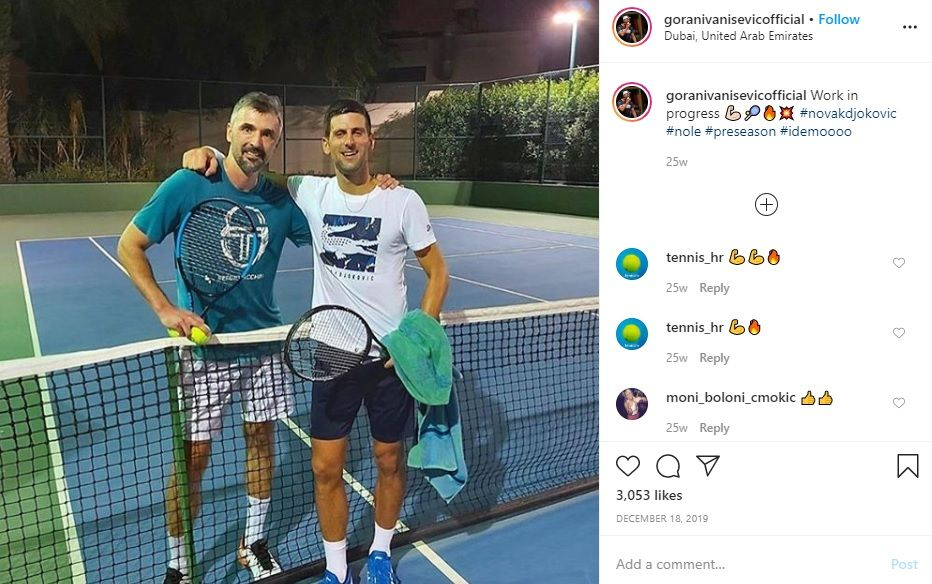 Petenis No.1 dunia Novak Djokovic (kanan) berpose bersama pelatihnya, Goran Ivanisevic, seusai latihan.