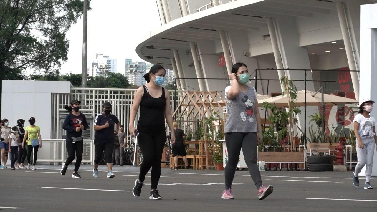 Masyarakat mulai aktif berolahraga di kawasan Gelora Bung Karno (GBK), Senayan, Jakarta, di tengah pandemi virus corona (Covid-19), 17 Juni 2020.