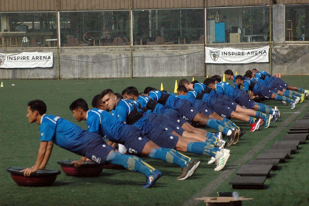Pemain Persib menjalani pemanasan sebelum latihan saat masa kompetisi, tepatnya saat Liga 1 2020 dihentikan sementara pada pertengahan Maret 2020.
