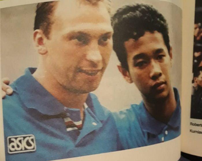 Kurniawan Dwi Yulianto bersama bintang timnas Inggris era 1990-an, David Platt saat sama berkostum Sampdoria saat tur pra-musim ke Asia pada 1994.