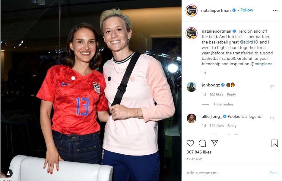 Aktris Natalie Portman (kiri) berpose bersama kapten timnas sepak bola putri AS, Megan Rapinoe, dalam sebuah event.