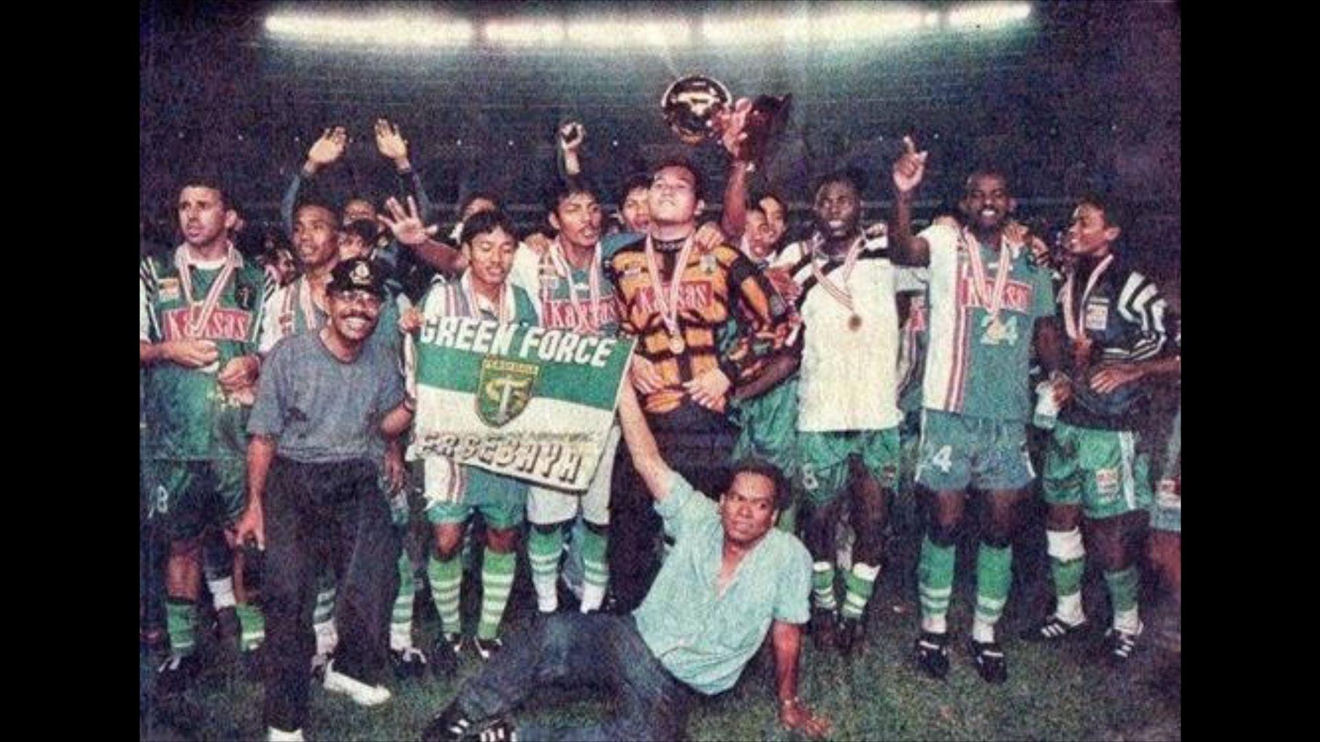 Persebaya bersukaria saat menjuarai Liga Indonesia 1996-1997, setelah menaklukkan Bandung Raya di Stadion Utama Senayan dengan skor 3-1 pada 28 Juli 1997.