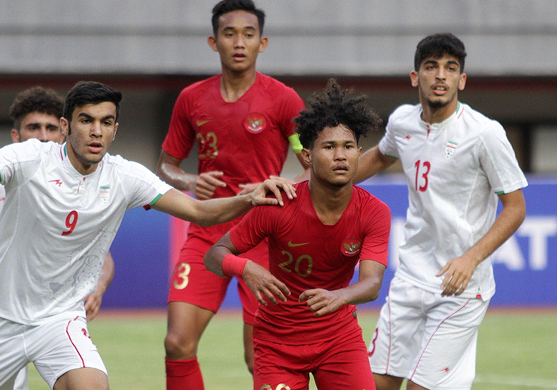 Penyerang Timnas U-19, Amiruddin Bagus Kahfi dikawal ketat pemain timnas Iran U-19 dalam sebuah laga persahabatan pada 2019.