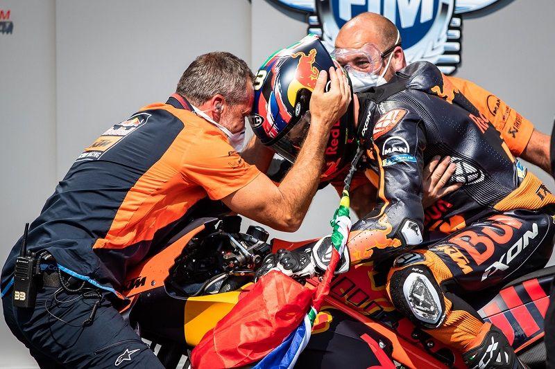 Brad Binder disambut kru KTM di parc ferme usai memenangi MotoGP Ceko 2020 di Automotodrom Brno pada 9 Agustus 2020.