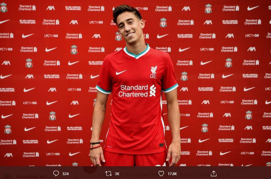 Pose Kostas Tsimikas saat diperkenalkan sebagai pemain anyar Liverpool, Selasa 11 Agustus 2020