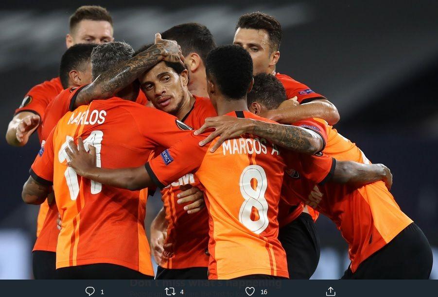 Para pemain Shakhtar Donetsk merayakan gol ke gawang FC Basel pada perempat final Liga Europa, di Veltins Arena, Gelsenkirchen, Selasa (11/8/2020).
