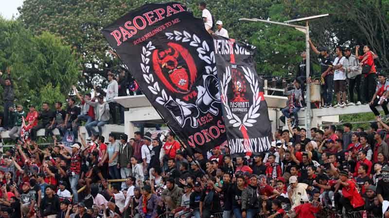 Aksi Pasoepati saat mendukung Persis Solo di Stadion Wilis, Madiun pada Agustus 2019.