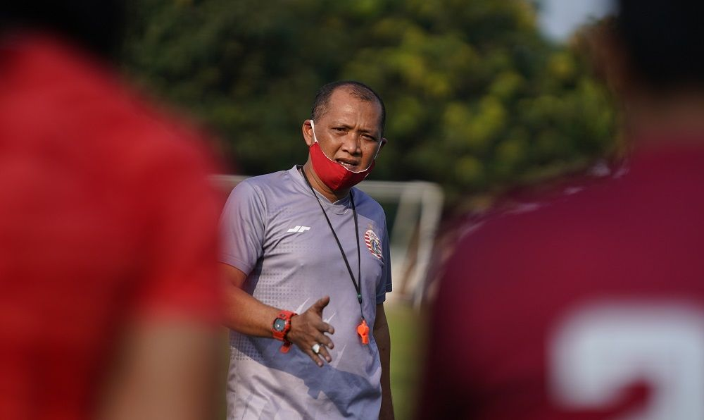 Sudirman, asisten pelatih Persija Jakarta pada sesi latihan timnya di Lapangan Sutasoma, Komplek AU, Halim Perdanakusuma, Jakarta Timur, 20 Agustus 2020.