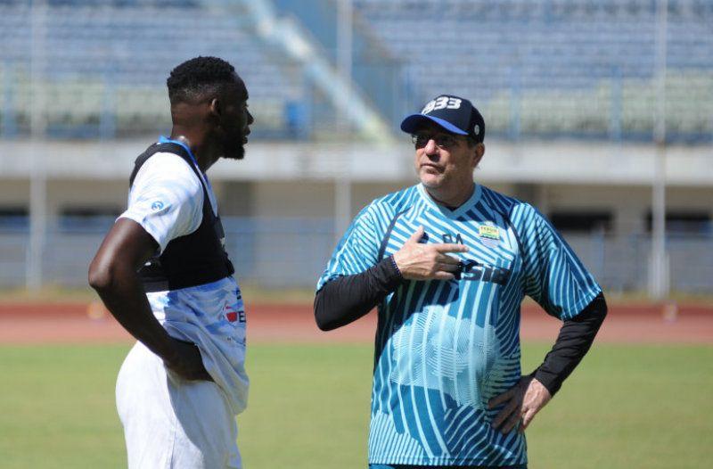 Pelatih Persib, Robert Rene Alberts (kanan), berbincang dengan striker Geoffrey Castillion, saat latihan Persib Bandung di Stadion Gelora Bandung Lautan Api pada 23 Agustus 2020.