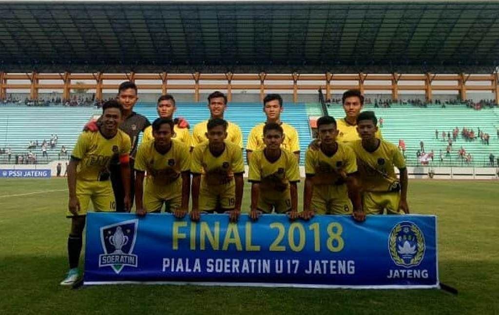 Yofandani Damai Pranata (kanan berdiri), saat membela Bajak Laut 2000 Terang Bangsa FC dalam laga final Piala Soeratin U-17 untuk regional Jawa Tengah pada 2018.