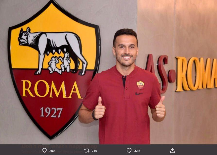 Gelandang anyar AS Roma, Pedro Rodriguez, berpose di markas klub.