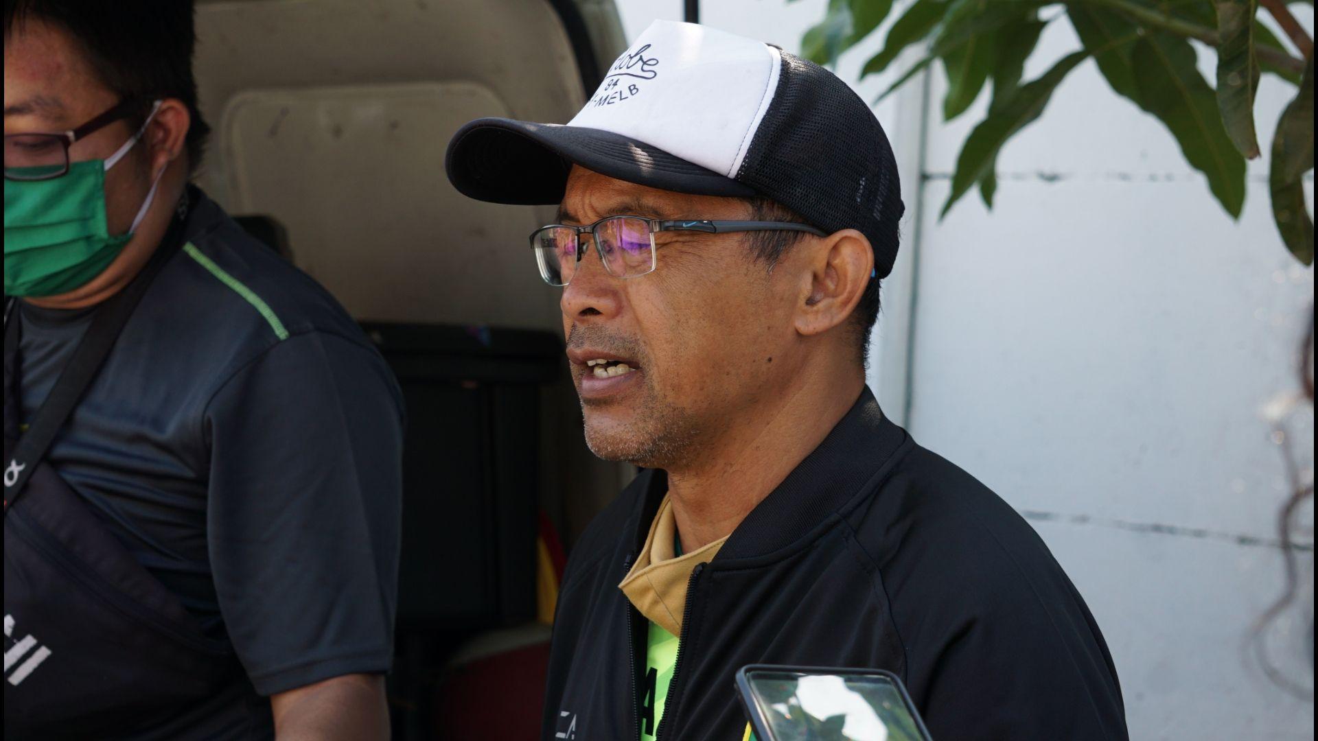 Aji Santoso, pelatih Persebaya, saat memberi keterangan pers, seusai memimpin latihan Persebaya menjelang kelanjutan Liga 1 2020 pada September 2020.
