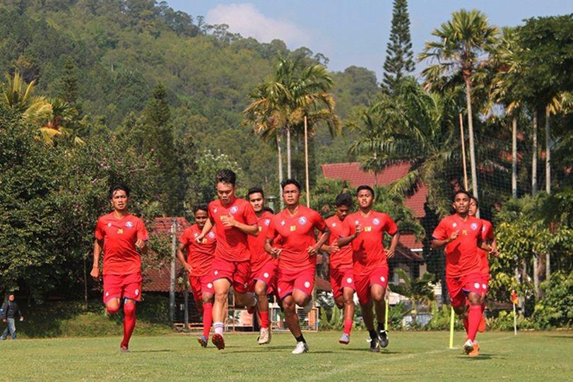Pemain Arema FC menjalani latihan fisik saat pemusatan latihan di Kota Batu, Malang, menjelang Liga 1 2020.