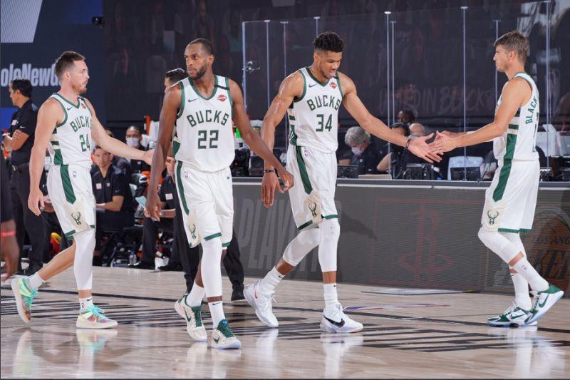 Pemain Milwaukee Bucks kala tampil pada gim keempat semifinal Wilayah Timur NBA Play-off 2020 kontra Miami Heat yang digelar Senin (7/9/2020) pagi WIB).