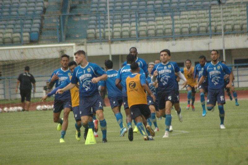 Para pemain Persib Bandung berlatih sebagai persiapan melanjutkan Liga 1 2020 pada Semptember 2020.