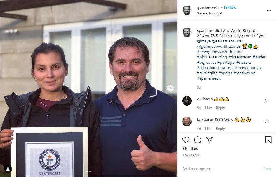 Peselancar Maya Gabeira (kiri) memamerkan sertikat Guinness World Records atas usahanya berselancar di atas gelombang ombak raksasa di event WSL Nazare Tow Surfing Challenge 2020.