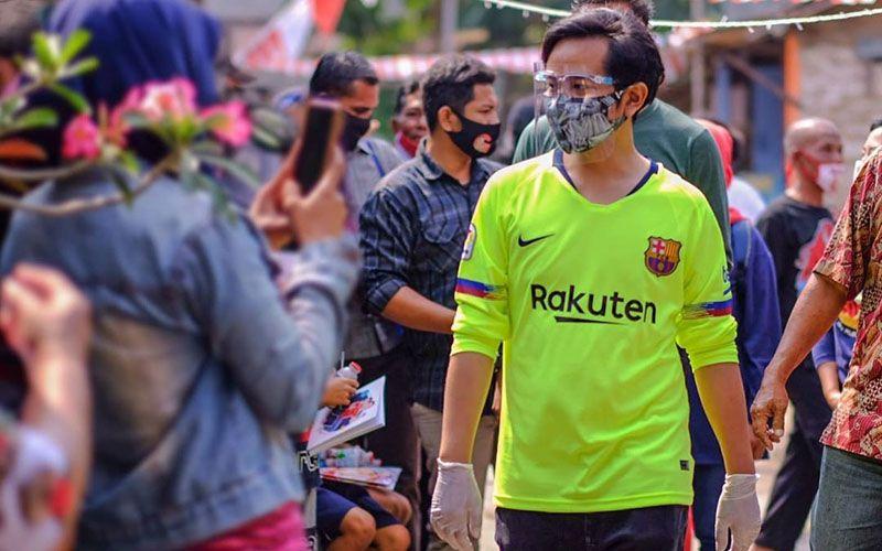 Gibran Rakabuming Raka mengenakan jersey FC Barcelona dalam sebuah aktivitasnya di Kota Solo, Agustus 2020.