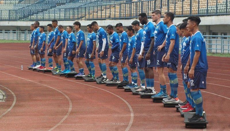 Pemain Persib menjalani latihan rutin menjelang lanjutan Liga 1 2020 di Stadion Gelora Bandung Lautan Api pada Agustus 2020.
