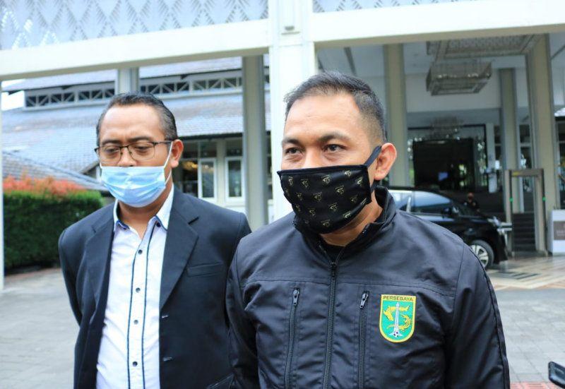 Manajer Persebaya Candra Wahyudi (kanan) memberi info timnya belum punya arena untuk laga kandang pada lanjutan Liga 1 2020 selepas pertemuan dengan PT LIB di Kota Bandung pada 2020.