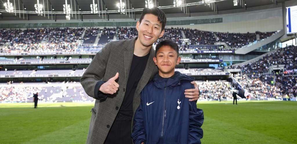 Nathan Fariel Kusama (kanan) foto bersama Son Heung-min pada 2017. Pemuda asal Indonesia dan kini membela Akademi Persija, ini sempat berlatih di pusat pelatihan klub raksasa Inggris, Tottenham Hotspur pada 2019.