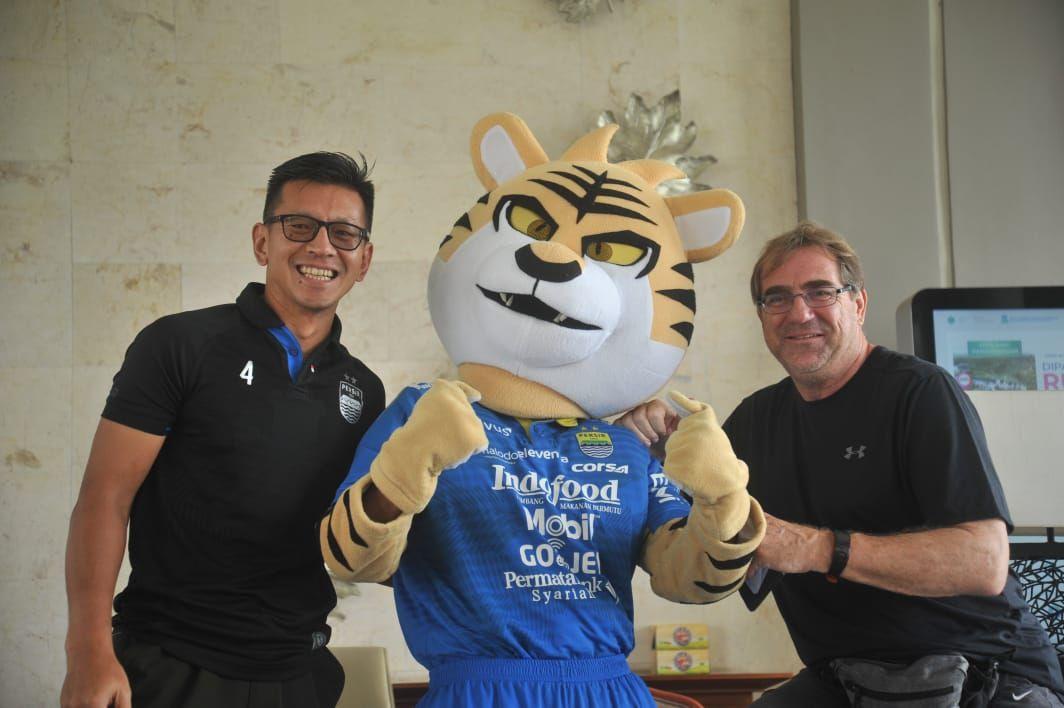 Direktur PT PBB, Teddy Tjahjono (kiri) dan pelatih Persib, Robert Rene Alberts, foto bersama dengan maskot Persib untuk mengampanyekan tagar DukungDariRumah agar para Bobotoh tetap mengedepankan kesehatan saat mendukung tim pada September 2020.