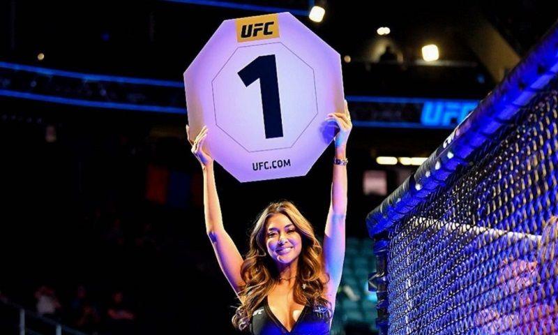 Arianny Celeste saat menjalankan perannya sebagai ring girl dalam duel UFC 248 pada awal Maret 2020.