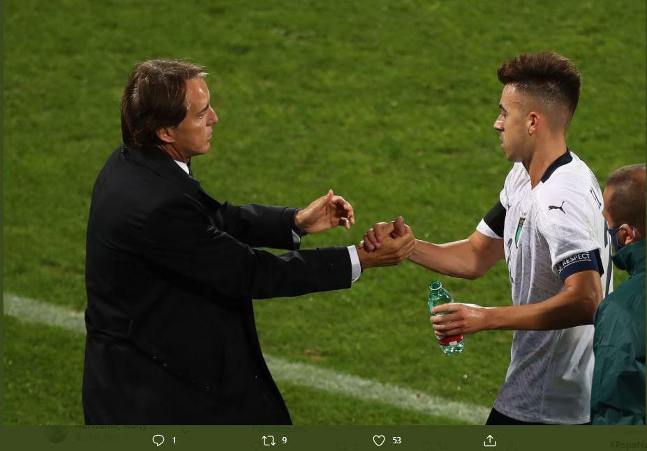 Roberto Mancini (kiri) menyalami Stephan El Shaarawy (kanan) dalam laga Italia vs Moldova, Rabu 7 Oktovber 2020