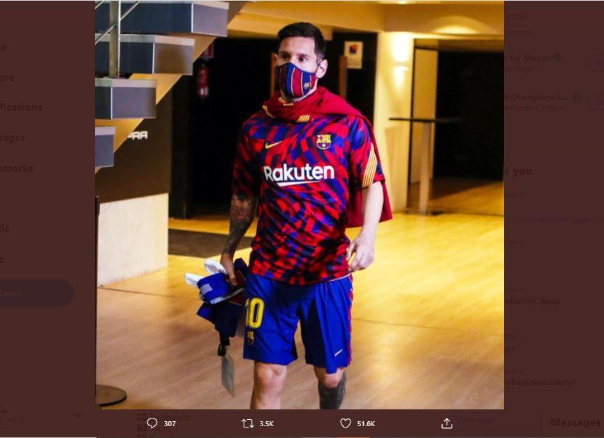 Striker Barcelona, Lionel Messi, berjalan menuju arena dengan mengenakan masker.