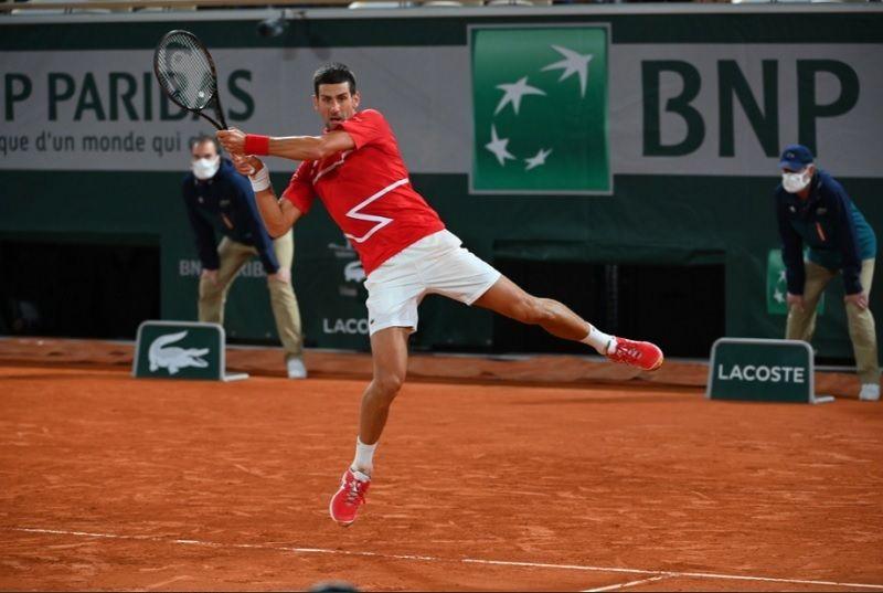 Aksi petenis Serbia, Novak Djokovic, kala tampil pada babak semifinal turnamen tenis Grand Slam French Open 2020 di Lapangan Philipp-Chartier, Paris, Prancis, Sabtu (10/10/2020) dini hari WIB.
