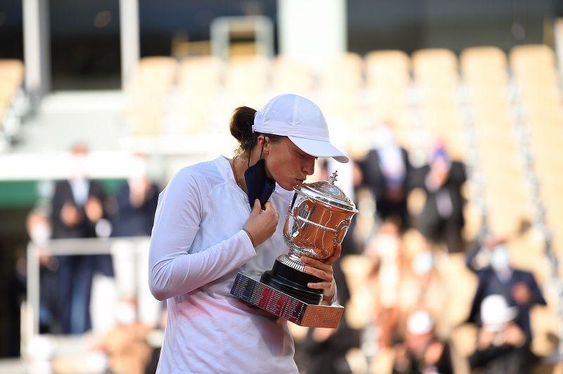 Peringkat dunia petenis muda Polandia, Iga Swiatek, melesat drastis seusai sukses memenangi French Open 2020 di sektor tunggal putri dengan mengalahkan Sofia Kenin dalam partai final di Lapangan Philippe-Chatrier, Paris, Prancis, Sabtu, 10 Oktober 2020.