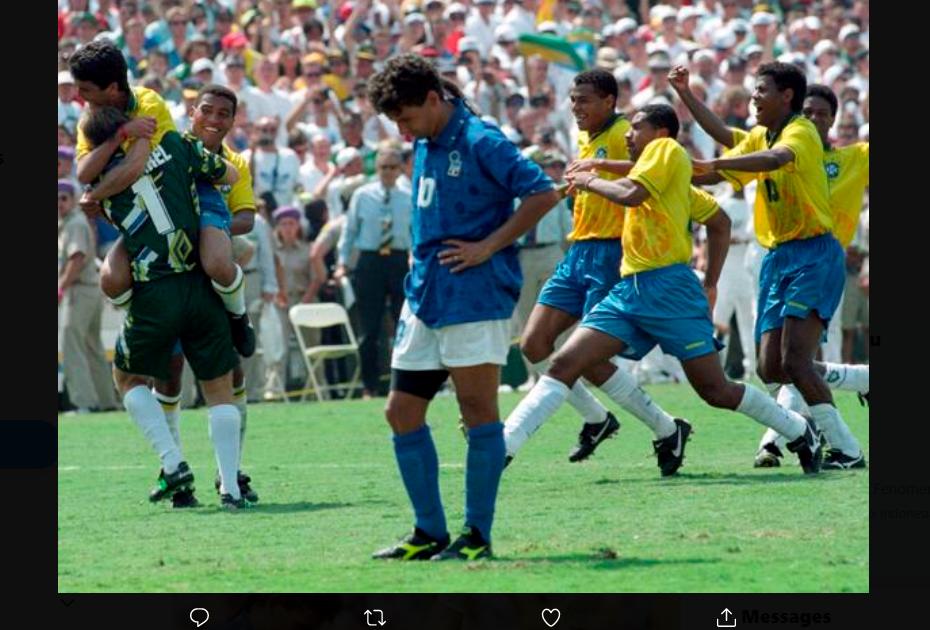 Pemain Italia, Roberto Baggio terpaku setelah gagal menngeksekusi penalti ke gawang Brasil di final Piala Dunia 1994.