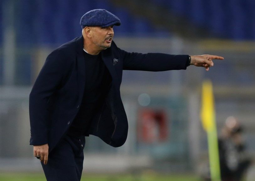 Pelatih Bologna, Sinisa Mihajlovic, member instruksi kepada anak buahnya.