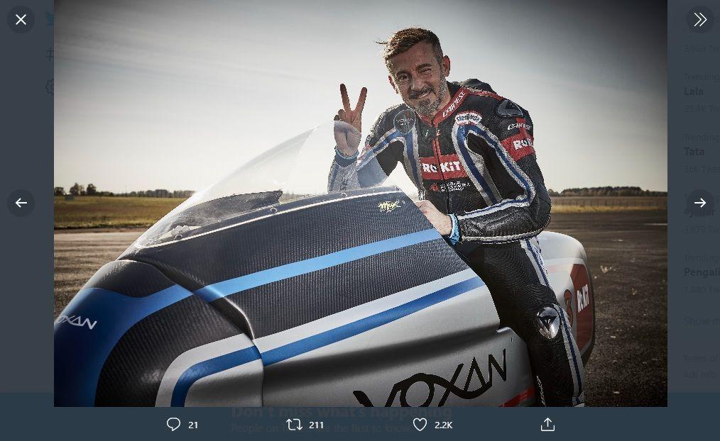 Pembalap Max Biaggi berpose di atas motor listrik Voxan Wattman setelah berhasil memecahkan rekor kecepatan dengan menembus  408 km/jam pada awal November lalu.