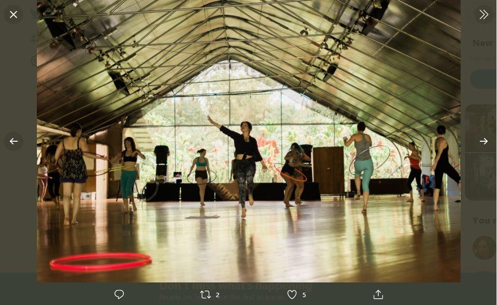 Permainan hula hoop tidak saja bisa dilakukan dalam suasana menyenangkan, tetapi bisa menjadi pilihan gerakan olahraga untuk mengecilkan lingkar perut.