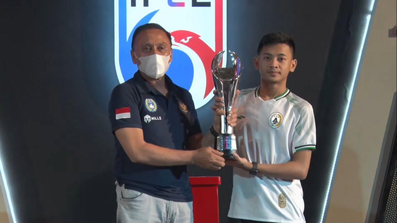 Ketua umum PSSI,  Mochamad Iriawan (kiri), menyerahkan piala ke pemain PSS Sleman, Rizky Faidan, usai berhasil menjuarai IFeL 2020. Minggu (15/11/2020).