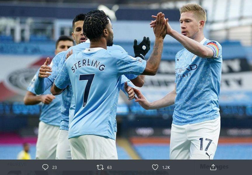 Bintang Manchester City, Raheem Sterling, saat merayakan gol dalam laga lawan Fulham, Sabtu (5/12/2020).